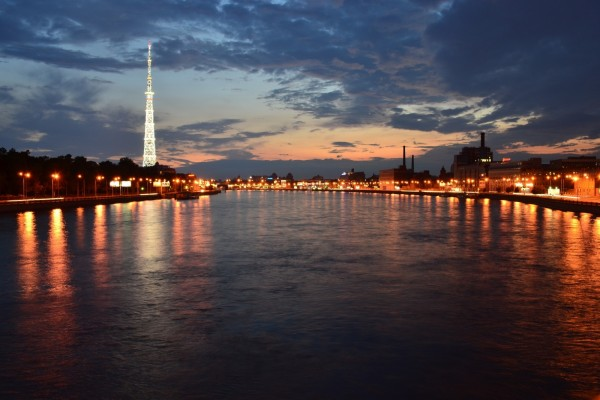 Río en la ciudad al anochecer