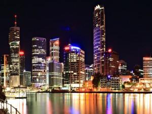 Postal: Edificios de la ciudad, vistos en la noche