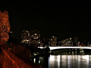 Un puente iluminado en la noche