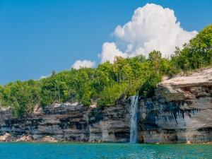 Cascada entre las rocas (Michigan)