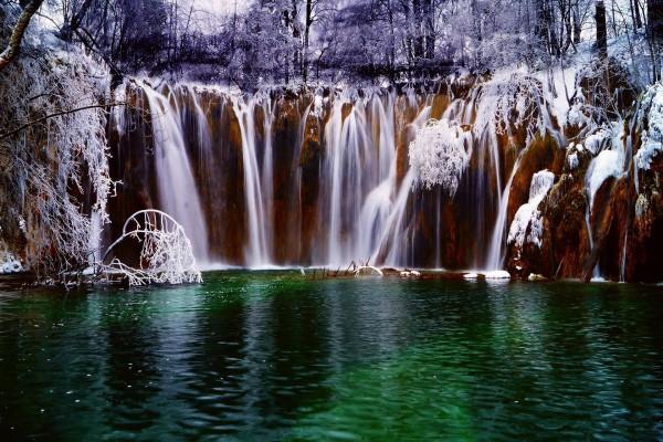 Espectacular conjunto de cascadas en invierno (Croacia)
