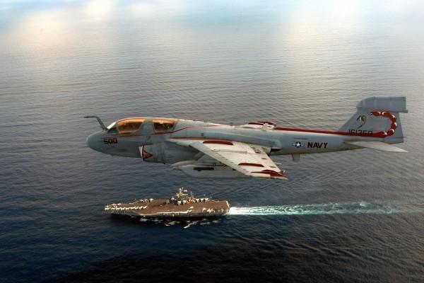 Avión Grumman sobre el mar