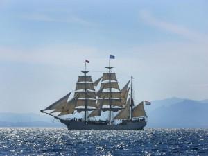 Postal: Barco navegando en un soleado día