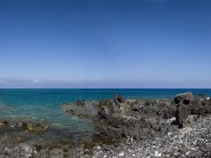 Postal: El mar y el cielo vistos desde las piedras