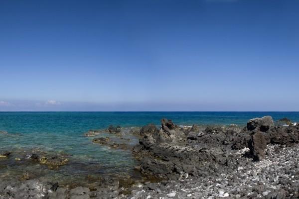 El mar y el cielo vistos desde las piedras