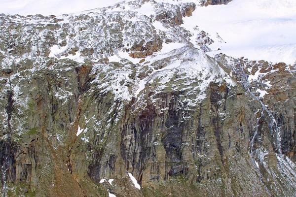 Nieve sobre las rocas de la montaña