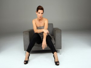Postal: Sandra Bullock sentada en un sofá
