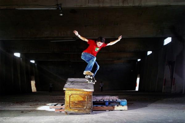 Skaters en un almacén abandonado