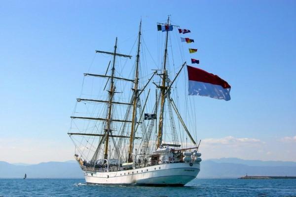 Barco con varias banderas