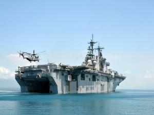 Helicóptero aterrizando en el portaaviones
