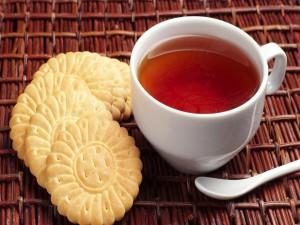 Postal: Taza de té con galletas