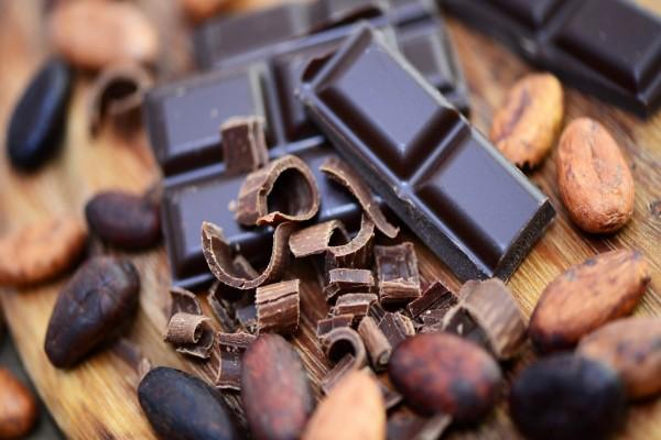 Tableta de chocolate y granos de cacao
