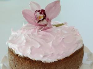 Postal: Deliciosa tarta con una orquídea