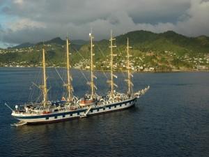 Postal: Barco cerca de la costa