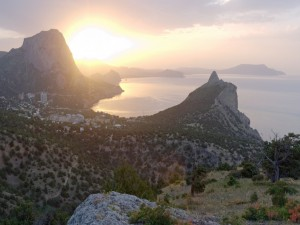 Admirando el amanecer desde la montaña