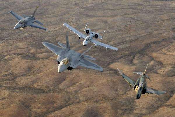 Cuatro aviones en el aire