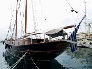 Barco bien amarrado en el puerto