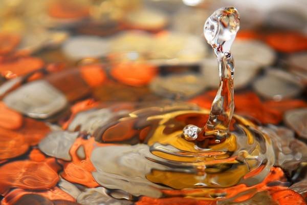 Gota y ondas en la superficie del agua