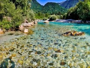 Río con agua cristalina