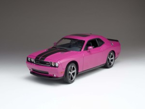 Postal: Dodge Challenger SRT8, de color fucsia