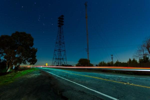 Cielo estrellado sobre la carretera