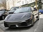 Ferrari aparcado en una calle