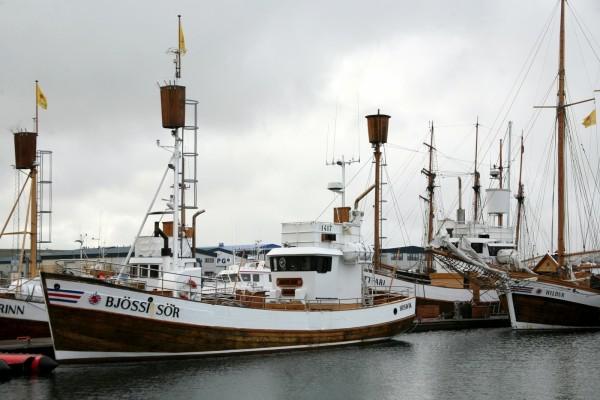 Barcos anclados en el puerto
