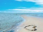 Corazón con rocas junto al mar