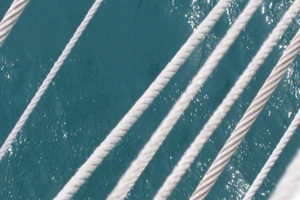 El agua vista tras las cuerdas