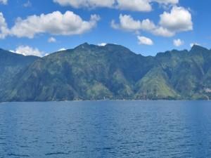 Postal: Mirando a las montañas desde el agua