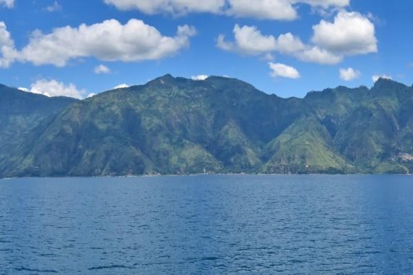 Mirando a las montañas desde el agua