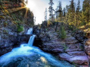 Dos cascadas entre las rocas