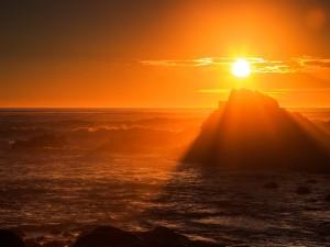 Un cielo dorado en Cabo Arago, Oregón