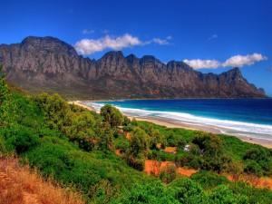 Bonita playa junto a las montañas