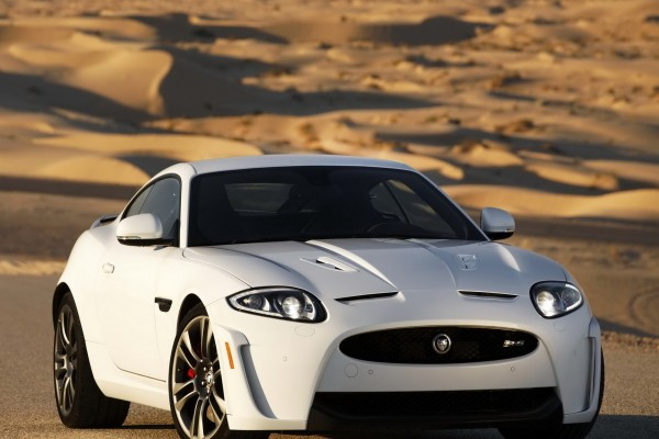 Jaguar XKR-S, de color blanco