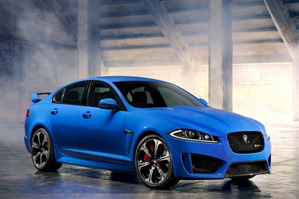 Jaguar XFR-S, berlina azul