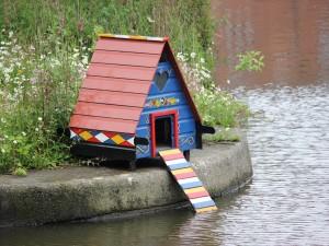 Postal: Casita con rampa, para aves acuáticas
