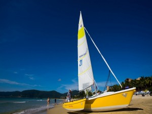 Postal: Barco pequeño en la playa