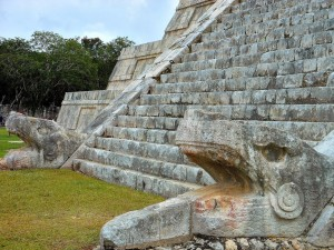 Cabezas de serpiente emplumada (Templo de Kukulkán)
