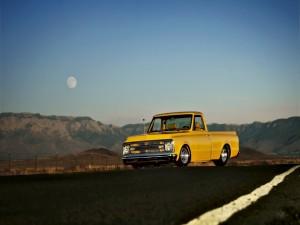 Camioneta amarilla en la carretera