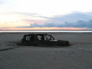 Coche abandonado en la playa