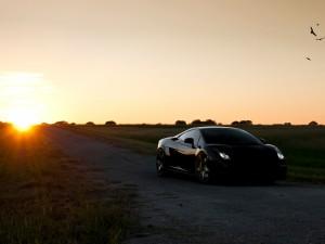 Postal: Lamborghini negro al atardecer