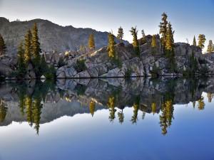 Montaña y lago en Yosemite, EE.UU.
