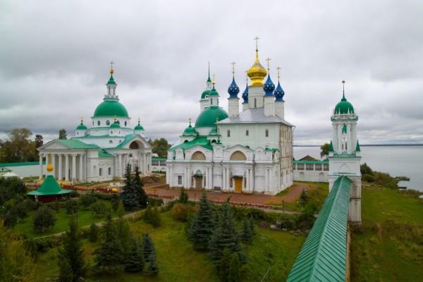 Catedral con extrañas cúpulas