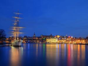 Puerto de Estocolmo a la entrada del sol