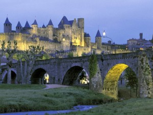 Puente frente a un castillo