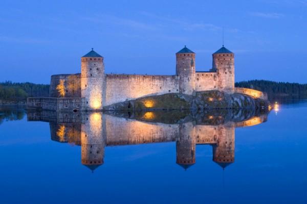 Castillo reflejado en las aguas del lago