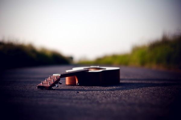 Guitarra en la carretera
