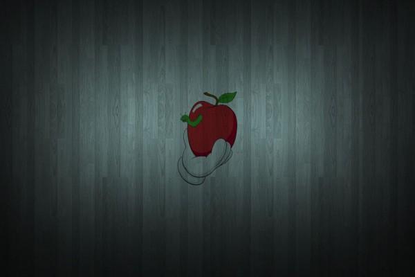 Manzana roja con un gusano