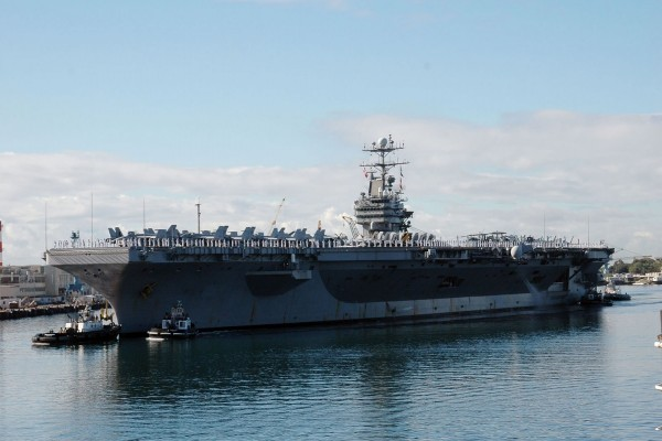 Pequeños barcos junto al portaaviones